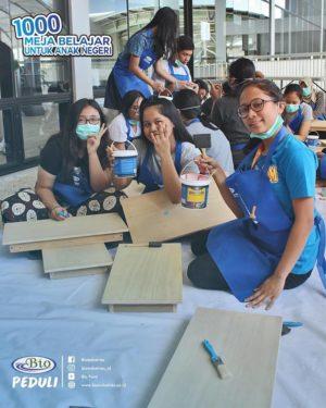para pelajar pun membantu mengecat meja untuk korban gempa lombok